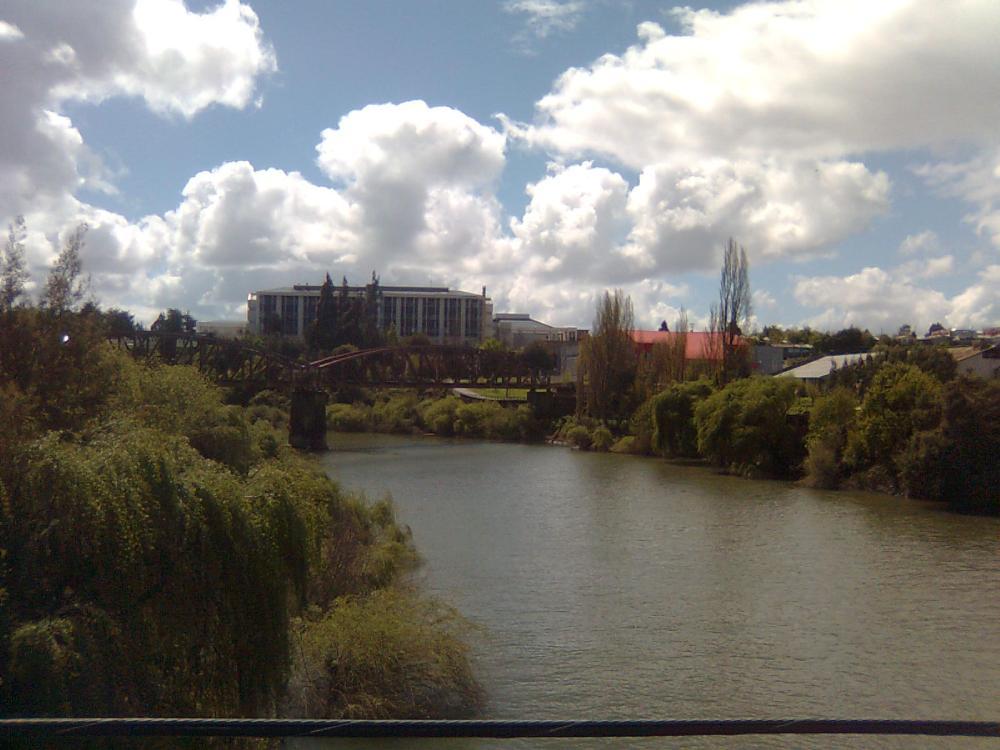Río Cholchol, vista de puente ferroviario y hospital